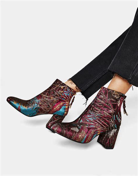modne botki na wiosne  ellepl trendy jesien zima   moda modne fryzury buty