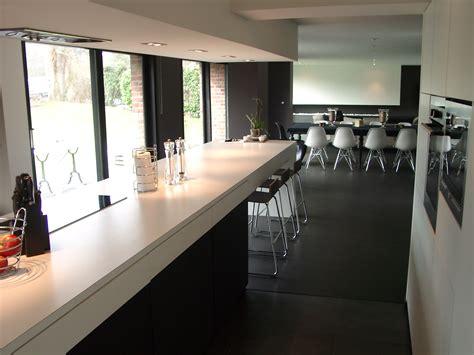 cuisine blanche sol gris salle de bain sol noir mur gris