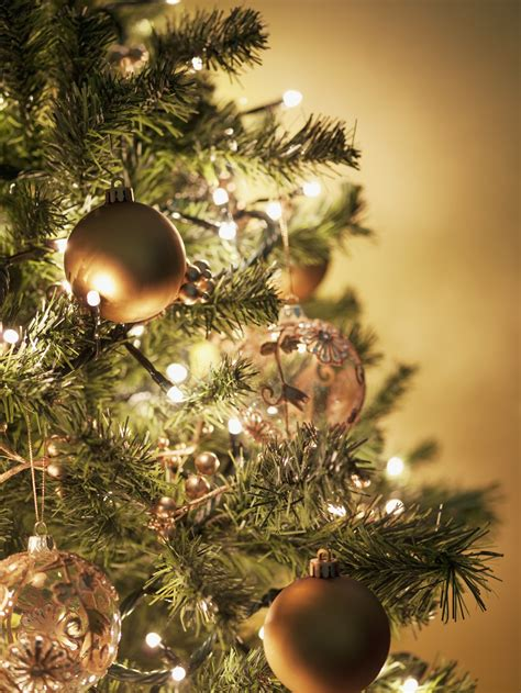 correct way to string lights on christmas tree this is the only right way to string lights on your tree