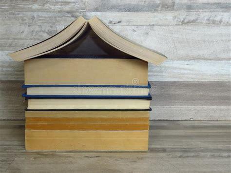 la casa dello scaffale vecchi libri su una mensola immagine stock immagine di