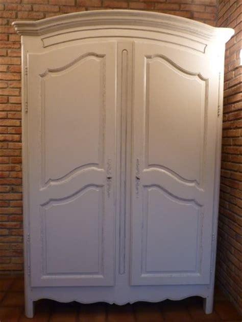 voici une armoire ancienne qui a 233 t 233 faite avec la satinelle gris clair avec un effet shabby je