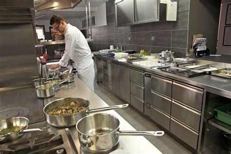 les chefs de cuisine francais repas en cuisine avec le chef du restaurant ardèche