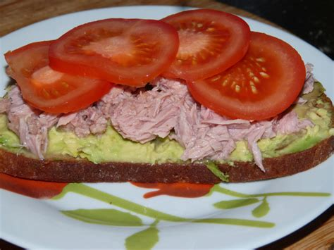 Receptes.lv - Brokastu sviestmaizes ar avokado un tunci