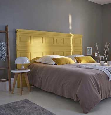 deco chambre papier peint déco récup faite avec une tête de lit originale en bois