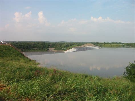 File:Lake Texoma spillway sightseers.jpg - Wikimedia Commons