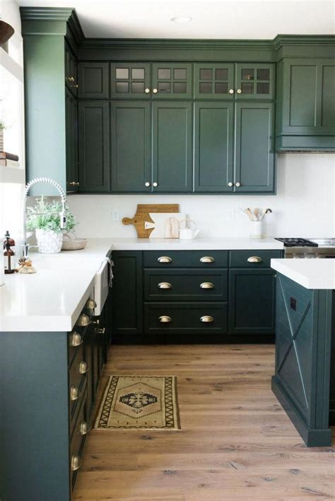 dark sage green grey kueche mit weissen stein arbeitsplatten