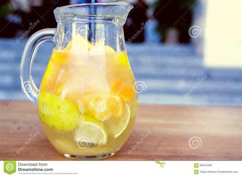 honig zitronen wasser karaffe zitrone honig orange und wasser stockbild bild kalt gesund 68704493