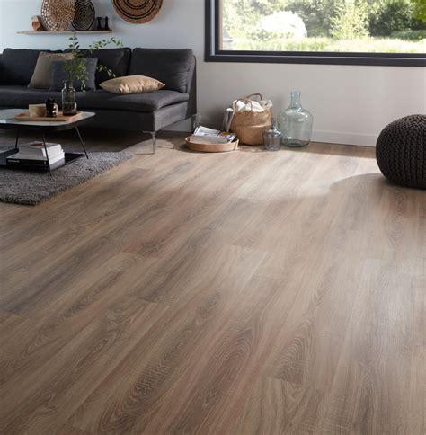 b q kitchen laminate flooring albury oak effect laminate flooring 2 467 m 178 pack 4227