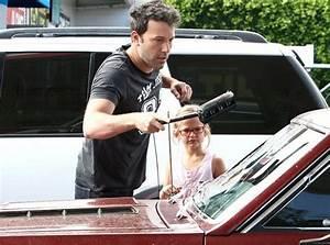 Nettoyer Sa Voiture : photos ben affleck il apprend violet comment nettoyer sa voiture ~ Gottalentnigeria.com Avis de Voitures