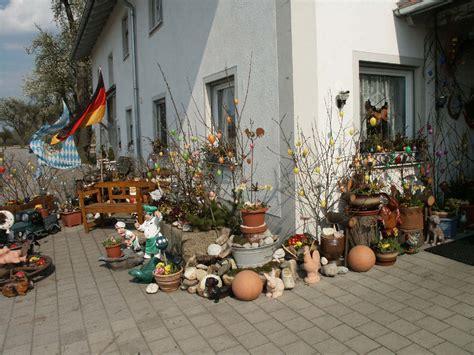 Osterdeko Vor Dem Haus Des Ostergartens Foto & Bild