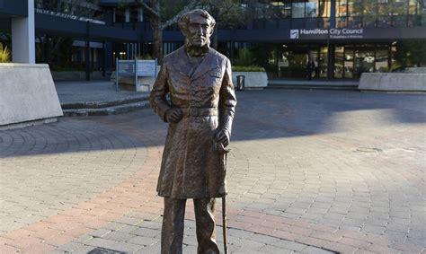Jaunzēlandē novākta pretrunīgi vērtēta komandiera statuja ...