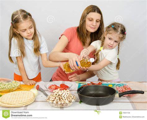 deux petites filles 224 la table de cuisine avec enthousiasme pour aider ma m 232 re 224 verser l huile
