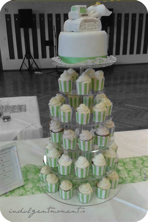 cupcake hochzeitstorte hochzeitstorte mit cupcakes indulgentmoments