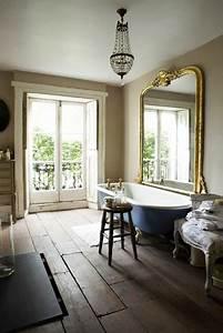 Grand Miroir Vintage : salle de bain retro baignoire sur pieds bleu et grand miroir ancien ~ Teatrodelosmanantiales.com Idées de Décoration