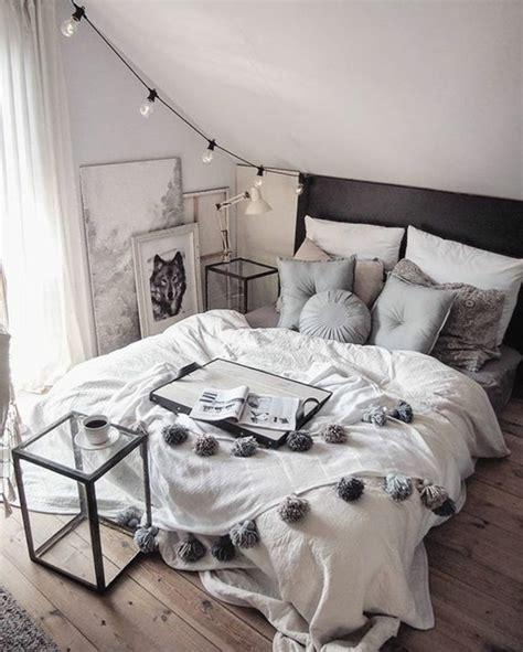 lit pour chambre mansard馥 lit pour chambre mansarde espace pour pice en mansarde coin bureau chambre salon coloris blanc bleu ciel et ple trois velux et une