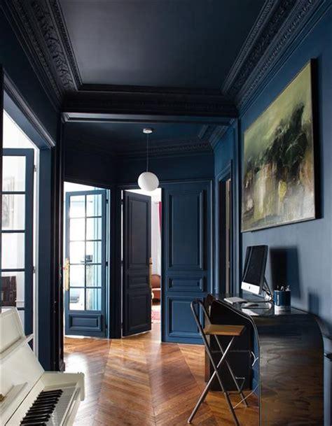 comment peindre meuble cuisine un plafond et des murs bleu nuit pour un couloir sophistiqué un plafond en couleur pour