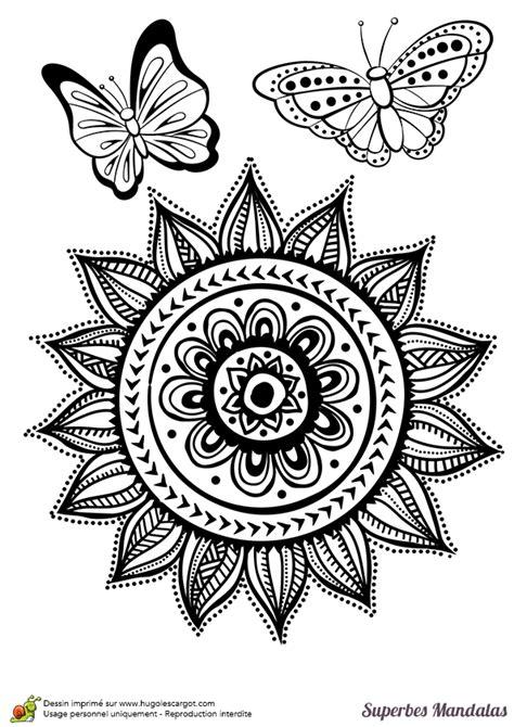 Coloriage D'un Superbe Mandala Soleil Avec Deux Papillons