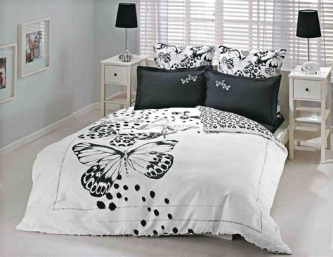 high contrast bedroom decorating with modern bedding sets