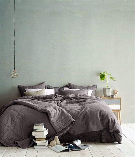 plante dans chambre à coucher tendance couleur le vert de gris mademoiselle claudine