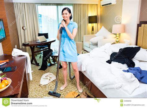 hotel femme de chambre nettoyage de femme de chambre dans l 39 hôtel asiatique image