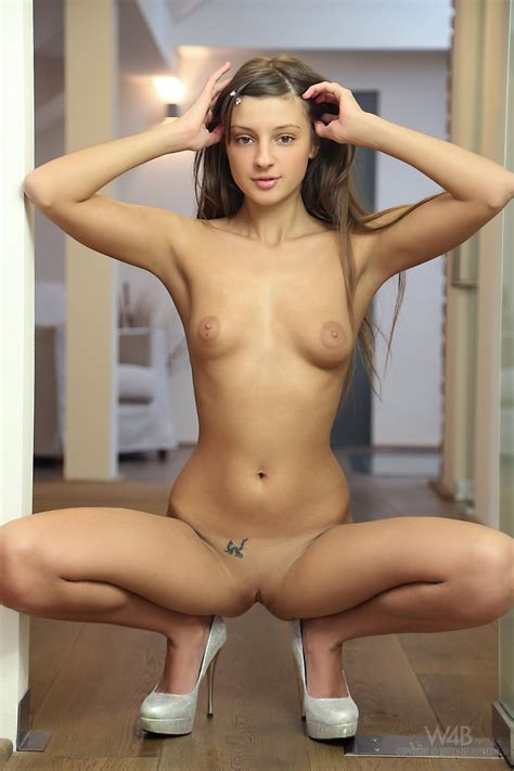 Cute Teen Babe Poses Nude Showing Shaved Pussy Photos