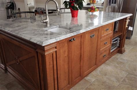 cuisine en granit ilot en merisier teint et verni comptoir de granite