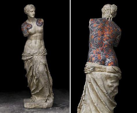 artista italiano ricopre sculture classiche  tatuaggi