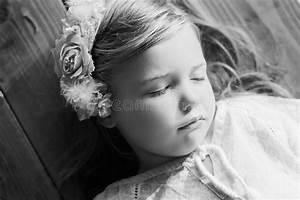 Fille Noir Et Blanc : sommeil de petite fille noir et blanc photo stock image ~ Melissatoandfro.com Idées de Décoration