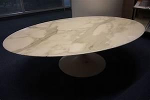 Table Marbre Ovale : table basse a plateau ovale en marbre blanc veine gris pietement tulip en metal laque blanc model c ~ Teatrodelosmanantiales.com Idées de Décoration