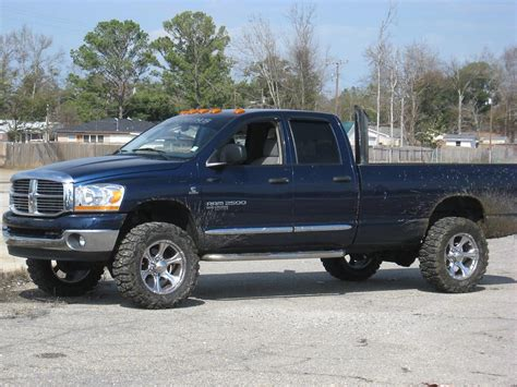 Any one have pics of an 06 quad cab long bed with 35's