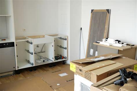 Küchenaufbau Durch Ikea by K 252 Chenaufbau K 252 Chenmontage Lizenzfreie Fotos Bilder