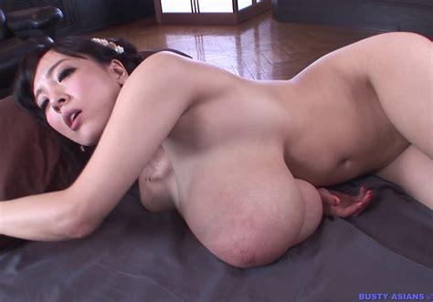 Mischievous Asian Babe Hitomi Tanaka Squeezing Her Boob