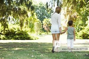Hand In Hand Gehen : mutter und sohn gehen hand in hand r ckansicht lizenzfreies bild bildagentur f1online 2077155 ~ Orissabook.com Haus und Dekorationen