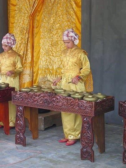Dinamakan dengan alat musik tradisional sebab dibuat dan berkembang pada suatu daerah setempat. Pengertian Talempong Alat Musik Tradisional Asal Minangkabau