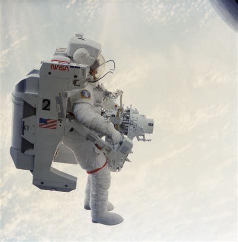 nasa astronaut  man  fly   space dies
