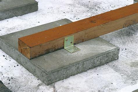terrassen verlegen zum beispiel mit holzdielen oder pflastersteinen