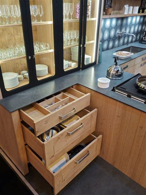 cuisine chene clair plan travail noir atelier culinaire cuisine chêne massif clair vaisselier