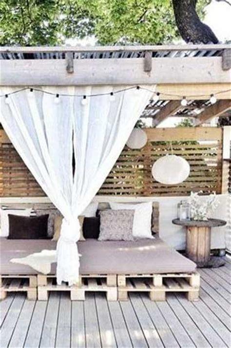 canapé trois places faire un salon de jardin en palette deco cool