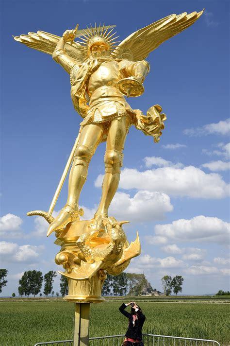 l archange a retrouv 233 perchoir au sommet du mont michel la croix
