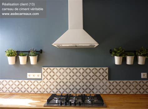 prise dans plan de travail cuisine carreaux de ciment forme géométrique grise 20x20 cm gris