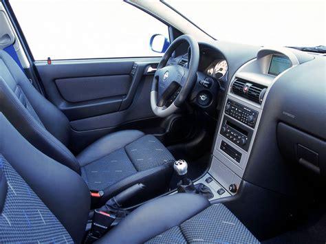 Interior Opel Corsa 3-door (c) '2003–06