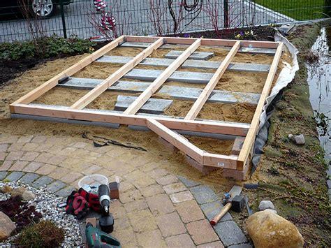Holzterrasse Auf Rasen Selber Bauen by Holzdeck Oder Holzterrasse Am Gartenteich Bauen