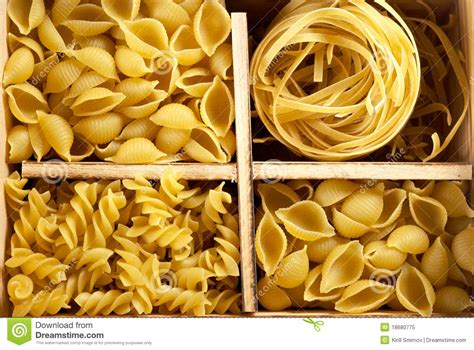 varietes de pates italiennes ensemble de quatre vari 233 t 233 s de p 226 tes photo libre de droits image 18680775