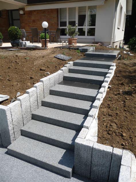 gros plan sur escalier en blocs marches granits