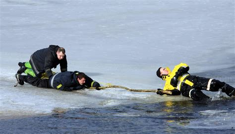 Tērvetes novadā noslīkuši divi ledū ielūzuši cilvēki