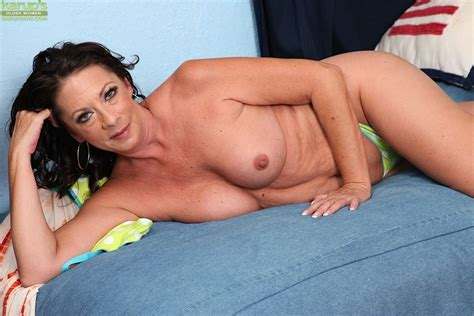 Sexy Mature Woman Margo Sullivan Playing With Her Older