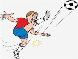 Patear un balón de fútbol, Jugar Futbol, El Niño Pequeño ...
