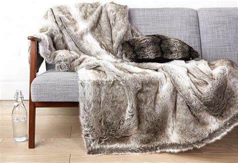 plaide canapé 6 bonnes idées pour utiliser un plaid sur un canapé et