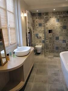 Carreaux de ciment avec vasque de salle de bain design for Salle de bain design avec image encadree décoration