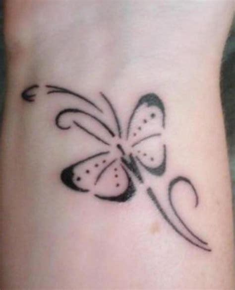 joli tatouage femme poignet papillon
